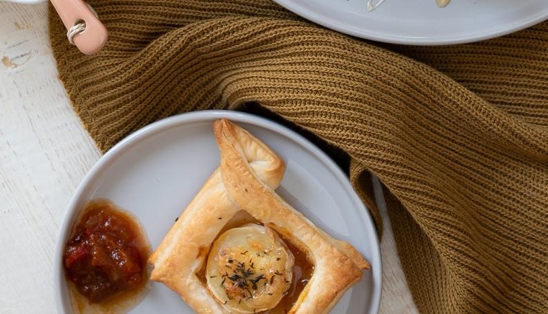 Prigrizki iz listnatega testa in kozjega sira s figovo marmelado