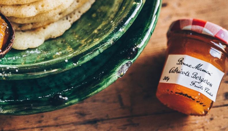 Orientalske palačinke z pomarančnimi cvetovi in marelično marmelado