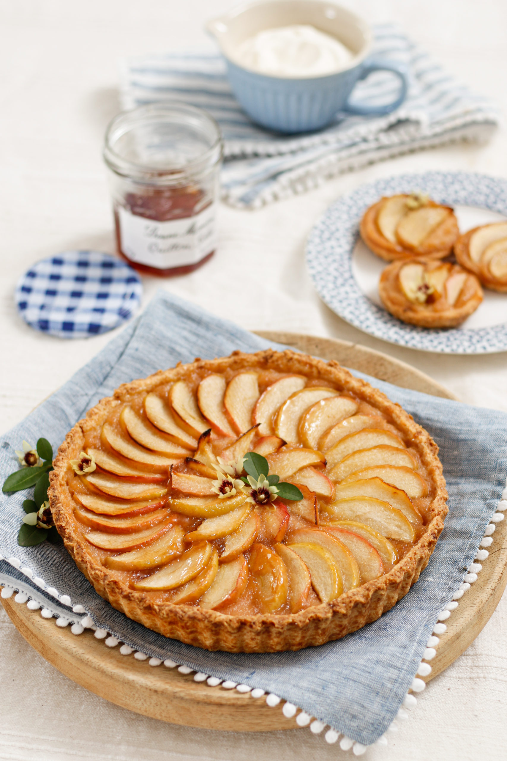 Jabolčna torta z želejem iz kutin